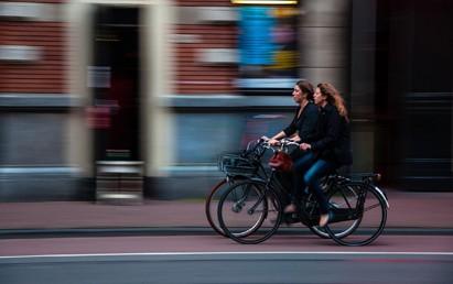 Radfahren in Nordrhein-Westfalen wird mit besserer Infrastruktur noch sicherer und komfortabler. Dafür überreichte der Verkehrsminister des Landes Nordrhein-Westfalen, Hendrik Wüst, fünf Förderbescheide über eine Summe von insgesamt mehr als 6 Millionen Euro.