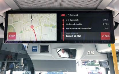 Auf den Doppelmonitoren in Bussen der HOCHBAHN werden Fahrgästen ab sofort die Minuten bis zur Ankunft an den nächsten drei Haltestellen in Echtzeit angezeigt. Der neue Service erleichtert die Planung der Wegezeit für das Ziel sowie für Umstiege.