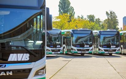 """Die MVB investiert kräftig in ihre Busflotte und hat 26 neue Linienbusse gekauft – damit kann die Hälfte des Fuhrparks ausgetauscht werden. """"Die neuen Busse sind notwendig, um ältere Fahrzeuge außer Dienst stellen zu können."""