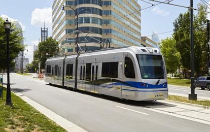 Die von Siemens Mobility an das Charlotte Area Transit System (CATS) in North Carolina gelieferten S700-Straßenbahnen befinden sich nun im Fahrgastbetrieb. Die mit moderner Hybridtechnologie ausgestatteten Straßenbahnen verfügen über ein innovatives Batteriespeichersystem und können dadurch auch ohne Oberleitung betrieben werden.