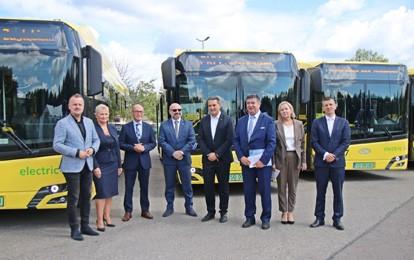 Am 2. September 2021 fand im Sitz des städtischen Verkehrsbetreibers Przedsiębiorstwo Komunikacji Miejskiej [PKM] in Sosnowiec eine feierliche Übergabe von 14 neuen E-Bussen der Marke Solaris statt