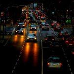 68 % der Erwerbstätigen fuhren 2020 mit dem Auto zur Arbeit