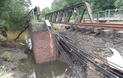 Aufgrund der Flutkatastrophe im Juli dieses Jahres bestehen bei der von DB Regio betriebenen euregiobahn (RB 20) weiterhin massive Einschränkungen. Die Streckenabschnitte zwischen Stolberg Hbf und Langerwehe (Eschweiler Talbahn) sowie zwischen Stolberg Hbf und Stolberg-Altstadt können aufgrund der starken Zerstörungen weiterhin noch nicht für den Schienenpersonennahverkehr (SPNV) genutzt werden.