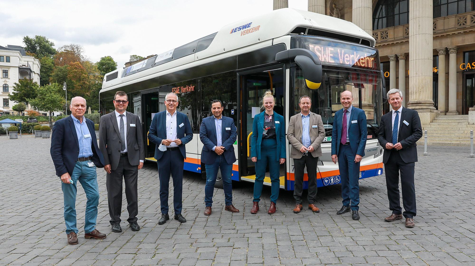 ESWE Verkehr in Wiesbaden hatte im Juni 2020 europaweit zehn Brennstoffzellenbusse ausgeschrieben. Aus den eingereichten Angeboten ging der portugiesische Fahrzeughersteller CaetanoBus S.A. als Sieger hervor.