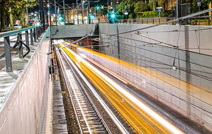 Die Verkehrsbetriebe Karlsruhe (VBK) und die Albtal-Verkehrs-Gesellschaft (AVG) haben in der Nacht von Freitag, 1. Oktober, auf Samstag, 2. Oktober, erneut gemeinsam die Gelegenheit genutzt, den künftigen Realbetrieb mit einer Vielzahl an Fahrzeugen zu simulieren. Mit dem Fahrplanwechsel am 12. Dezember soll der neue Stadtbahntunnel – verbunden mit einem neuen Liniennetzkonzept – in Betrieb gehen.