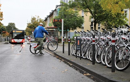 Die Kölner Verkehrs-Betriebe (KVB) haben im Stadtbezirk Mülheim zwölf Stationen für das Leihradangebot KVB-Rad eröffnet. Somit können nun auch in den Stadtteilen Dellbrück, Dünnwald, Höhenhaus, Holweide, Mülheim und Stammheim KVB-Räder an festen Stationen ausgeliehen und zurückgegeben werden.