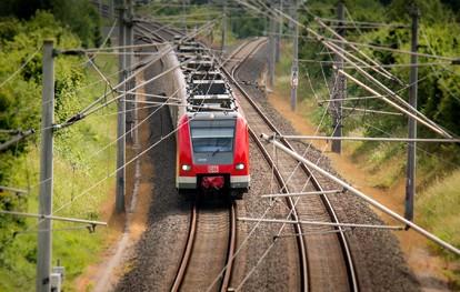 Der Verband Deutscher Verkehrsunternehmen (VDV) und der Verband der Bahnindustrie in Deutschland (VDB) forderten heute in einer Pressekonferenz die künftige Bundesregierung gemeinsam auf, ein Beschleunigungsprogramm für die Schiene anzugehen.