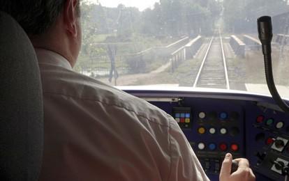 Im nordrhein-westfälischen Nahverkehr werden bis 2025 rund 1.200 Lokführerinnen und Lokführer gebraucht. Für alle Quereinsteigerinnen und Quereinsteiger ist dies eine Chance auf eine zukunftssichere Perspektive in einer stark gefragten Berufsgruppe.